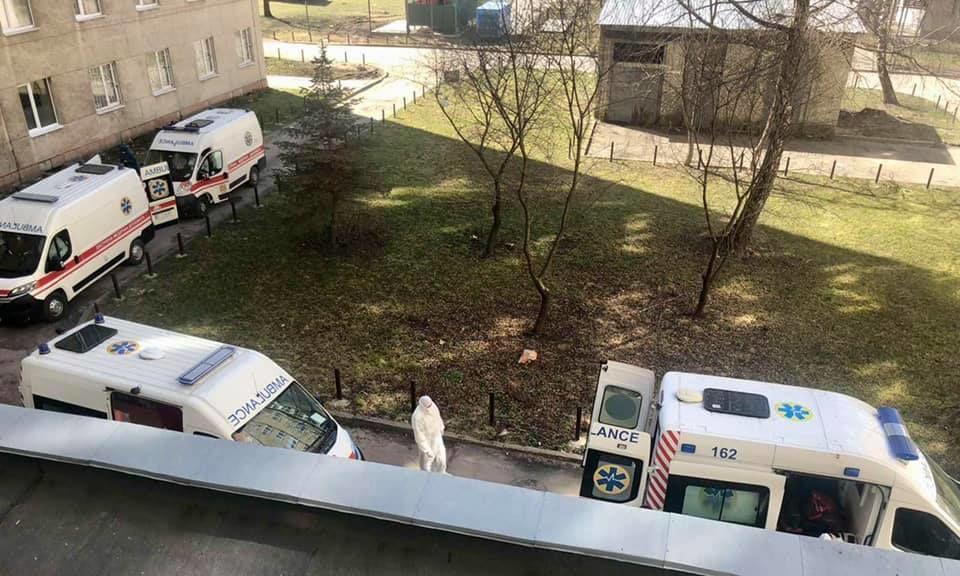 Очередь по быстрым с больными COVID-19 под львовской больницы. Фото/Андрей Садовый, Facebook / ©