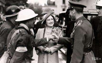 Этот день в истории: красивая королева Елизавета и король Георг VI на мероприятии в Лондоне