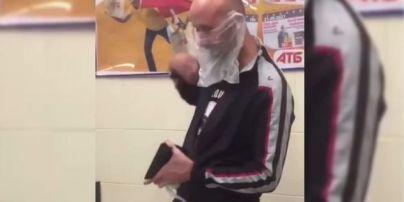 Законодатель моды: в Херсоне мужчина вместо маски надел пакет и стал звездой Сети (видео)