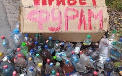 """""""Привет фурам"""": в Харькове экоактивисты передали дальнобойщикам поздравления в бутылках"""