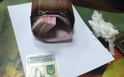 """В Киеве """"погорел"""" на взятке чиновник таможенного поста"""