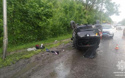 Во Львове 23-летний водитель под наркотиками влетел в столб и перевернулся на крышу: фото