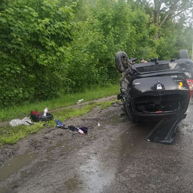 У Львові 23-річний водій під наркотиками влетів у стовп і перекинувся на дах: фото
