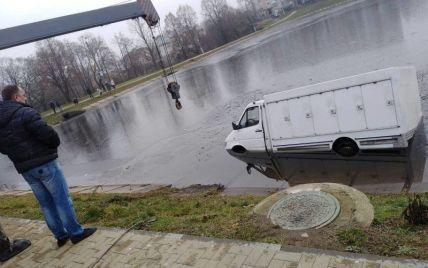У Моршині водій мікроавтобуса влетів в озеро: фото