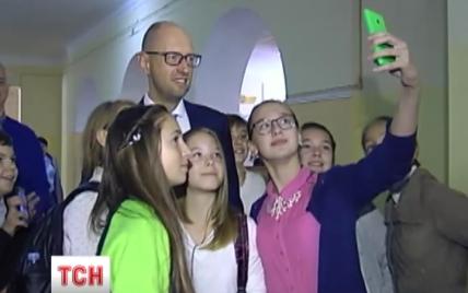 Яценюк с цветами посетил одну из школ Киева