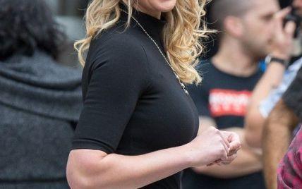 Без комплексов: Кэтрин Хейгл сняла юбку перед толпой зевак