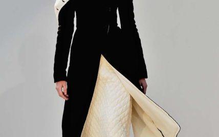 Рукава на пуговицах и меховые помпоны в коллекции Celine сезона осень-зима 2015-2016