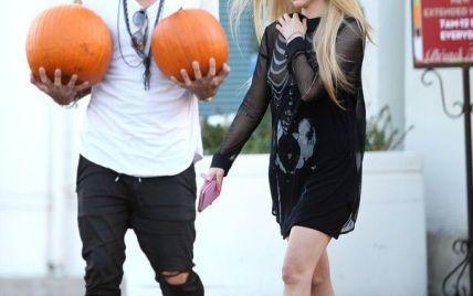 Хэллоуин: Аврил Лавин прошлась улицами Беверли-Хиллз с обнаженной грудью