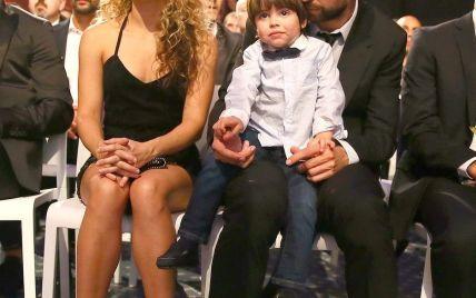 Шакира в маленьком черном платье вышла в свет с мужем и сыном