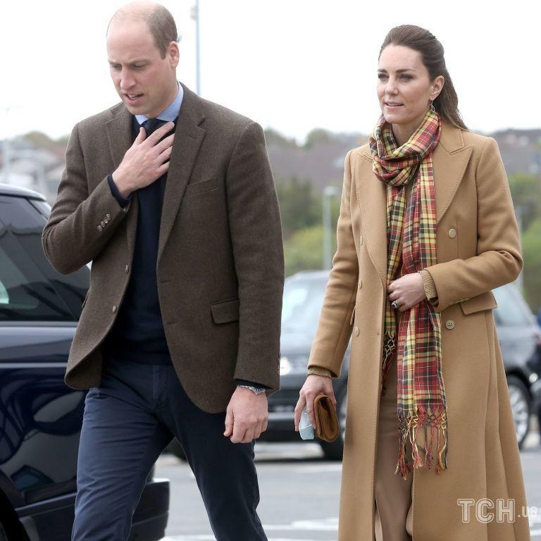 У верблюжому пальті за 349 фунтів: новий образ герцогині Кейт в турі Шотландією