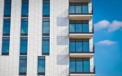 У Києві 8-річний хлопчик випав з балкона квартири на 21-му поверсі