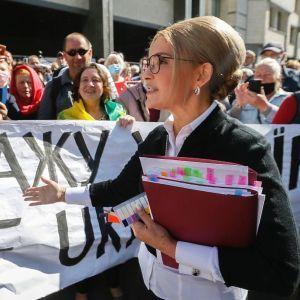 У білій сорочці з елегантними запонками: Юлія Тимошенко повторила образ