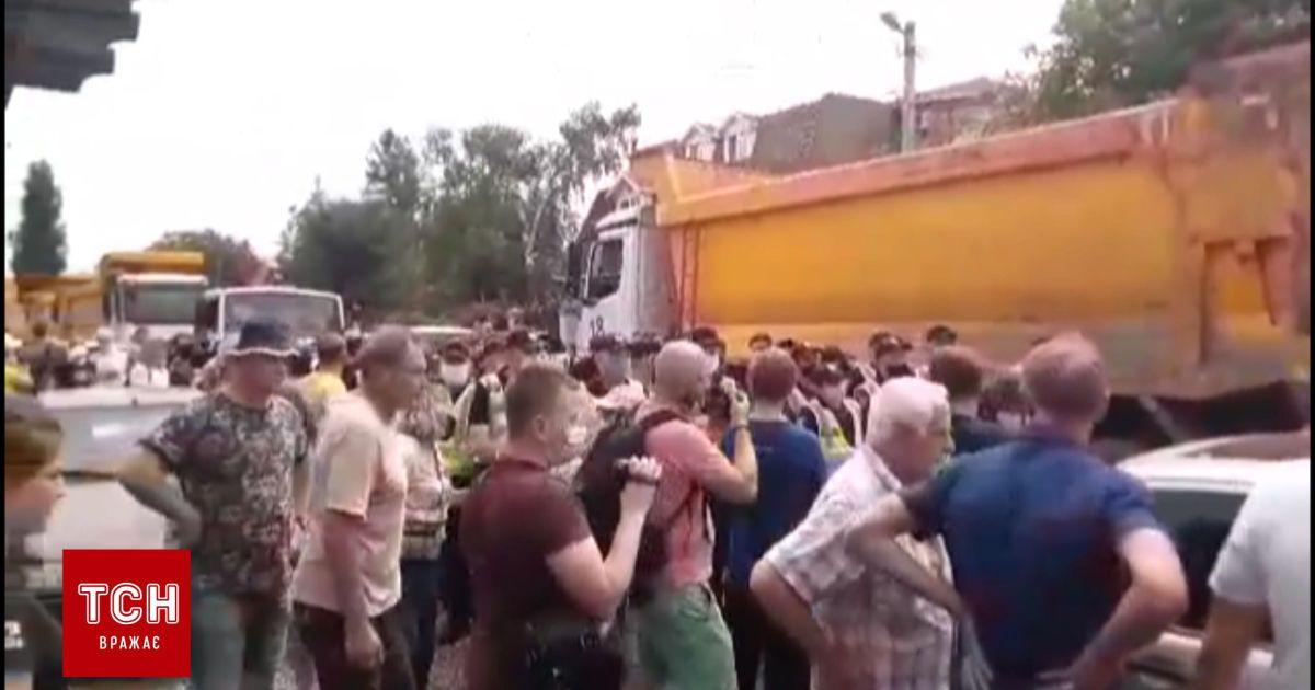 На Русановских садах в Киеве со схватками продолжают строить мост на Троещину