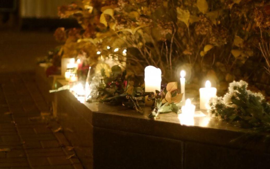 Люди всю ночь несли цветы к посольству Франции в Киеве / © Gazeta.ua