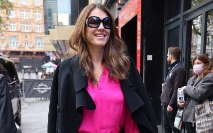 У рожевій блузці і укорочених штанах: стильна Елізабет Герлі потрапила під приціл папараці