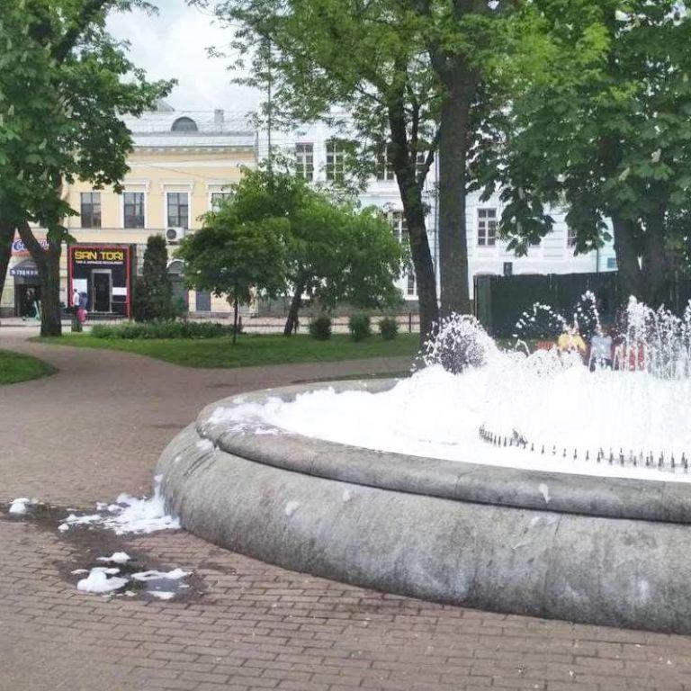 Пінний фонтан: запуск водограїв у Києві зіпсували мийним засобом