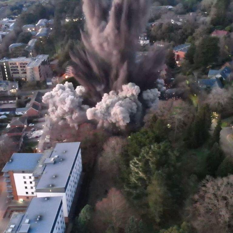 Контролируемый подрыв тысячекилограммовой бомбы в Великобритании привел к повреждению домов