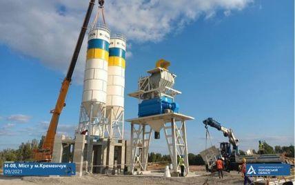 """На місці """"Великого будівництва"""" Кременчуцького мосту почали монтувати окремий бетонний завод"""