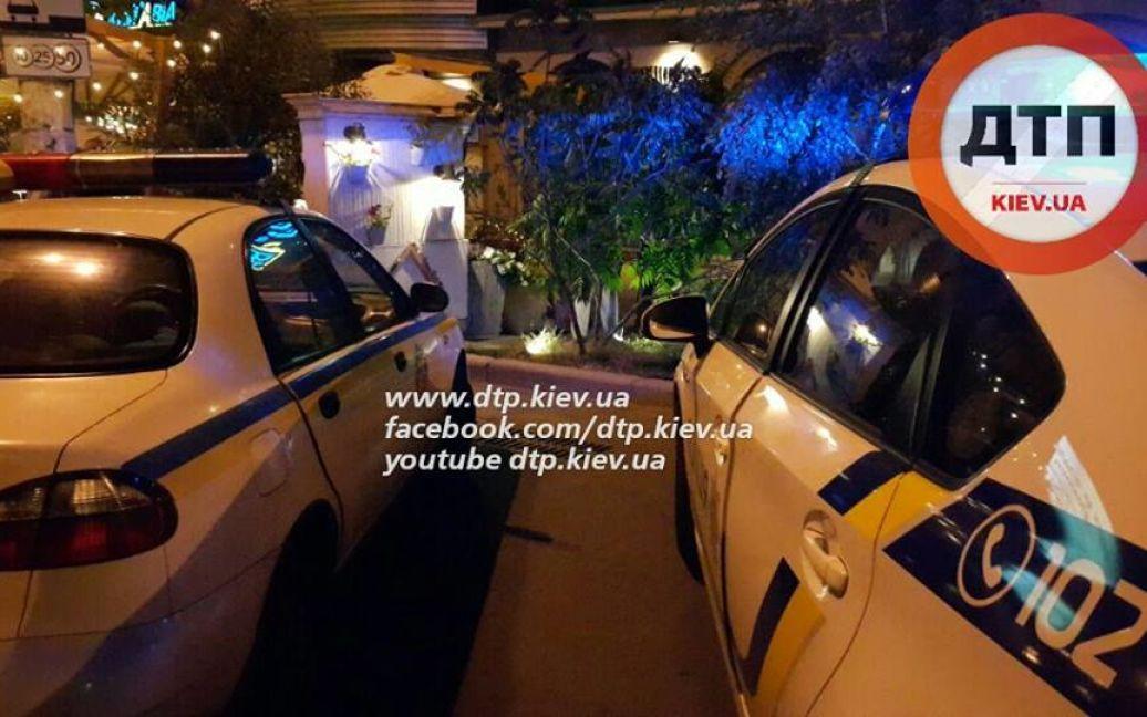 Мужчина врезался в столик кафе / © facebook.com/dtp.kiev.ua