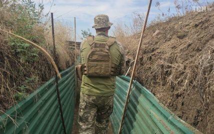 Внаслідок ворожих обстрілів на Донбасі загинув український військовий, ще трьох поранено