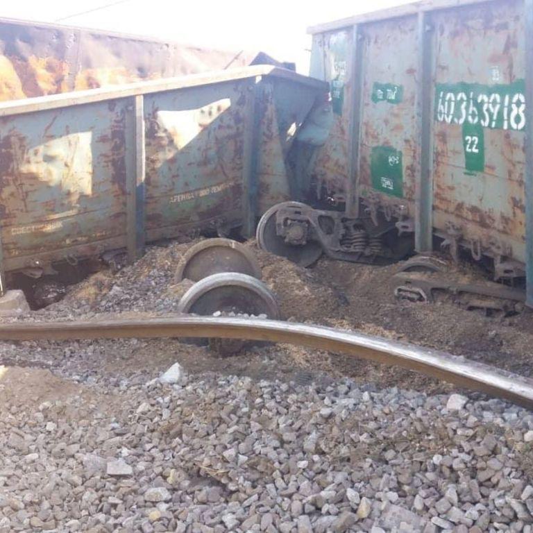 У Дніпрі поїзд зійшов з рейок: злодії вкрали колію