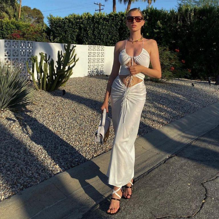 В трендовом платье и с сумкой Valentino: модель Эльза Хоск показала идеальный летний образ