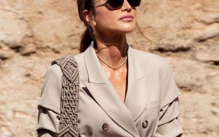 С сумкой с вязаным ремешком и в брюках-бермудах: королева Рания на экскурсии по святым местам