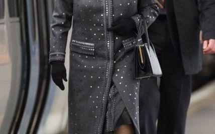 Королева Елизаветы ІІ в элегантном наряде покаталась на поезде
