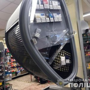 Помстився за дружину: у Маріуполі чоловік сокирою потрощив супермаркет, а сина змусив знімати це на відео (відео)