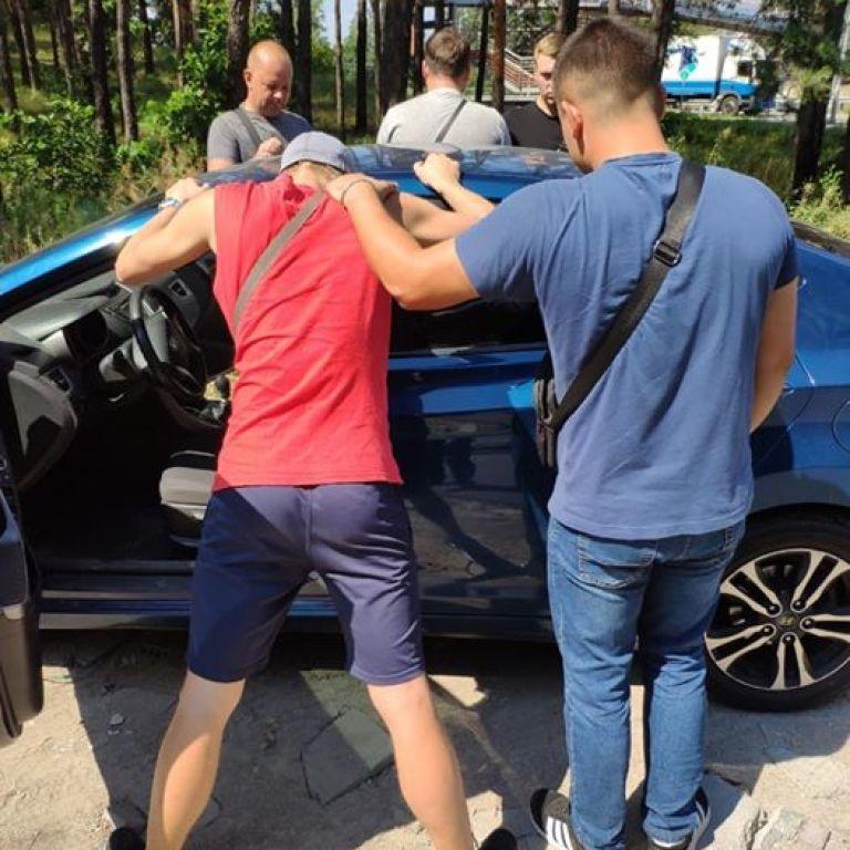 """Во время вооруженных """"разборок"""" между водителями под Киевом случайно подстрелили девушку-свидетеля"""