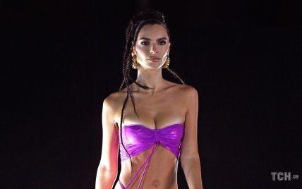 В фиолетовом бикини и с афрокосичками: стройная Эмили Ратажковски продефилировала на модном шоу