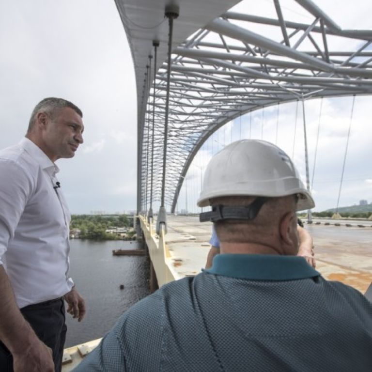 Будівельні роботи на Подільсько-Воскресенському мостовому переході тривають. Кличко показав відео з об'єкта