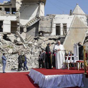 """Папа Римський виступив у колишній """"столиці"""" ІДІЛ в Іраку і помолився за жертв війни"""