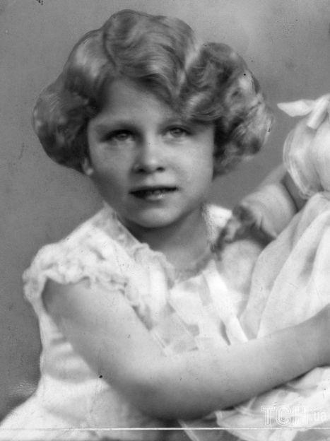 Королева Елизавета, королева-консорт короля Георга VI с принцессами Елизаветой и Маргарет / © Getty Images