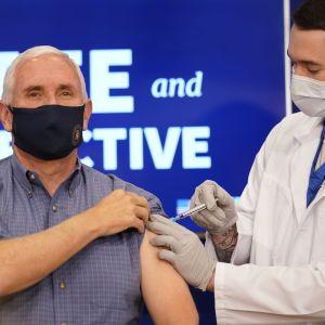 Віцепрезидент США публічно вакцинувався від коронавірусу
