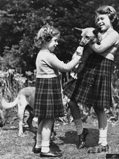Принцессы Елизавета и Маргарет с корги / © Associated Press