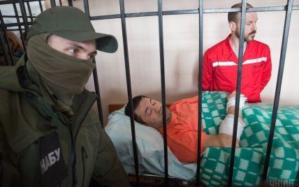 """Активісти """"Автомайдану"""" заблокували виїзди із суду, щоб не допустити втечі Насірова"""