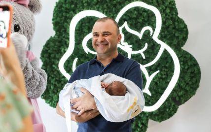 Павлик и Репяхова получили свидетельство о рождении сына и несколько удивили его фамилией
