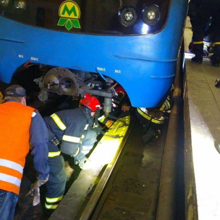 Свідки порятунку чоловіка з-під потяга метро у Києві запевняють, що він був під дією наркотиків