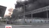 Возле горящей нефтебазы расположены склады боеприпасов