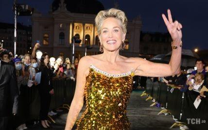 В золотій сукні з паєтками: розкішний вихід Шерон Стоун на кінофестивалі