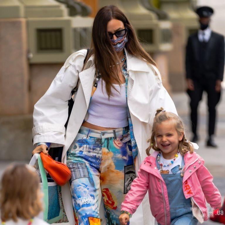 Прогулянка з дочкою і свіжі кадри топлес: як Ірина Шейк провела вихідні
