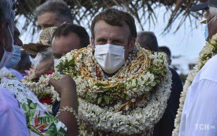 У діловому костюмі і по вуха у квіткових вінках: Еммануель Макрон на острові у Французькій Полінезії