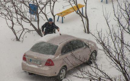 Руйнівна відлига: у Львові крига падає з дахів і трощить авто