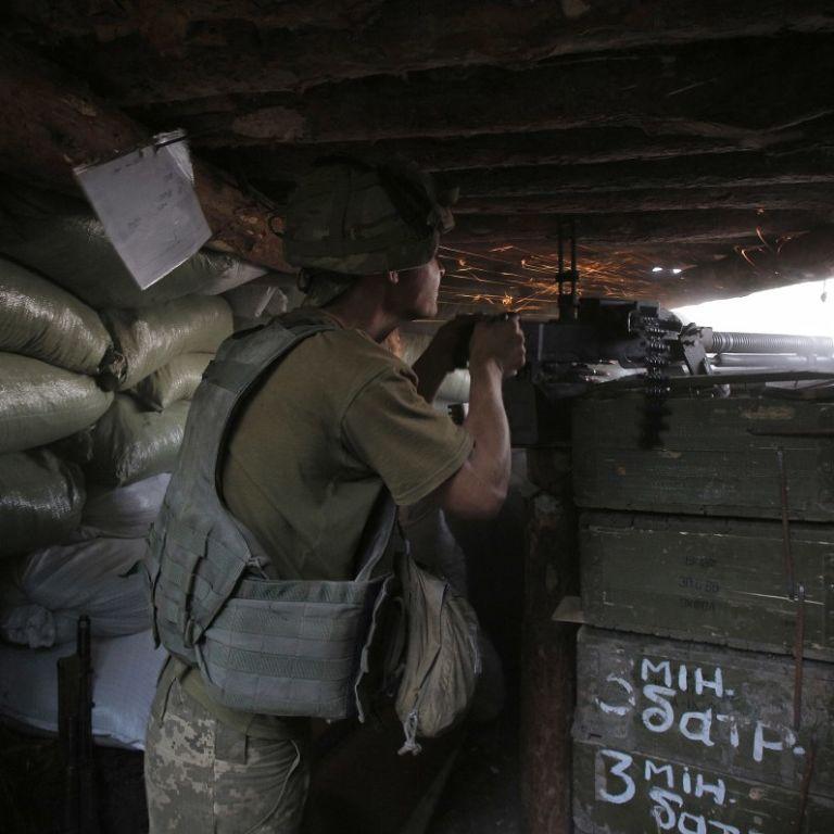 Обстрелы боевиков на Донбассе не прекращаются: двое военных получили ранения