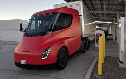 Масове виробництво електричної вантажівки Tesla Semi відкладено ще на рік: названо причину