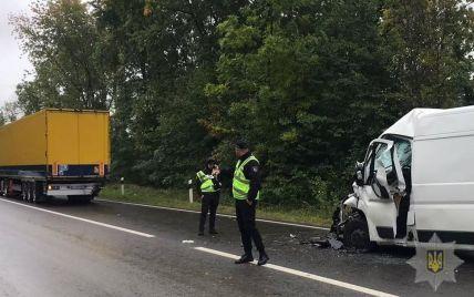Во Львовской области микроавтобус влетел в грузовик: водителя зажало в салоне