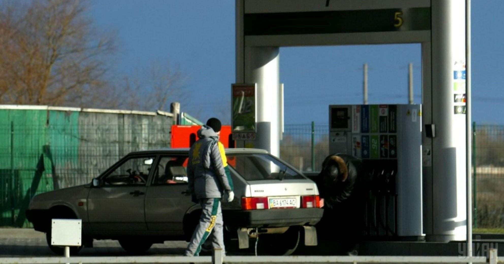 Скільки коштує заправити авто на АЗС. Середні ціни на вівторок