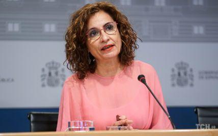 Модний конфуз: міністерка фінансів Іспанії вийшла до журналістів у пом'ятій кораловій сукні