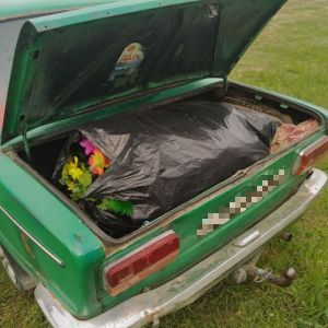 Збирали з могил квіти і вінки: в Одесі на кладовищі поліція затримала крадіїв